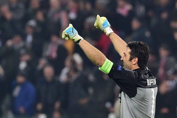 Buffon igual a Dino Zoff!