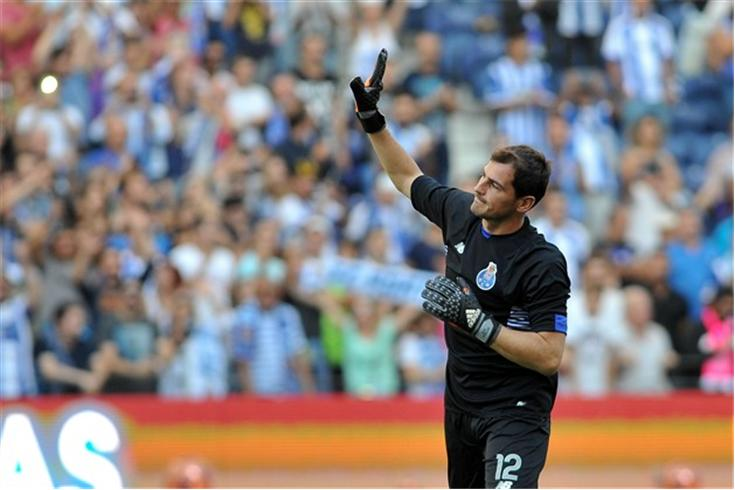 A defesa brutal de Iker Casillas vs Chaves (video)