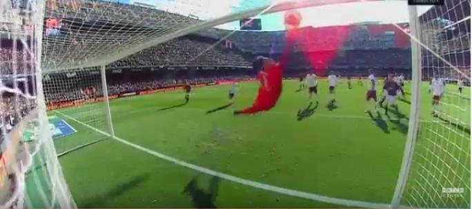 Diego Alves faz a defesa do ano… mas sofre golo na recarga (video)