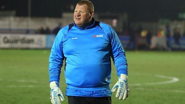 Com excesso de peso e 45 anos, sonha em jogar contra o Arsenal!