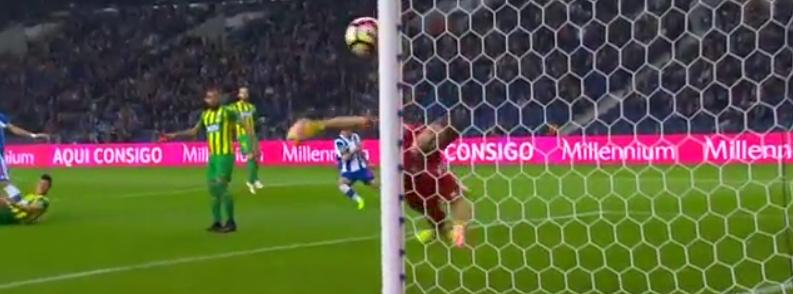 A defesa incrível de Claudio Ramos vs Porto! (video)