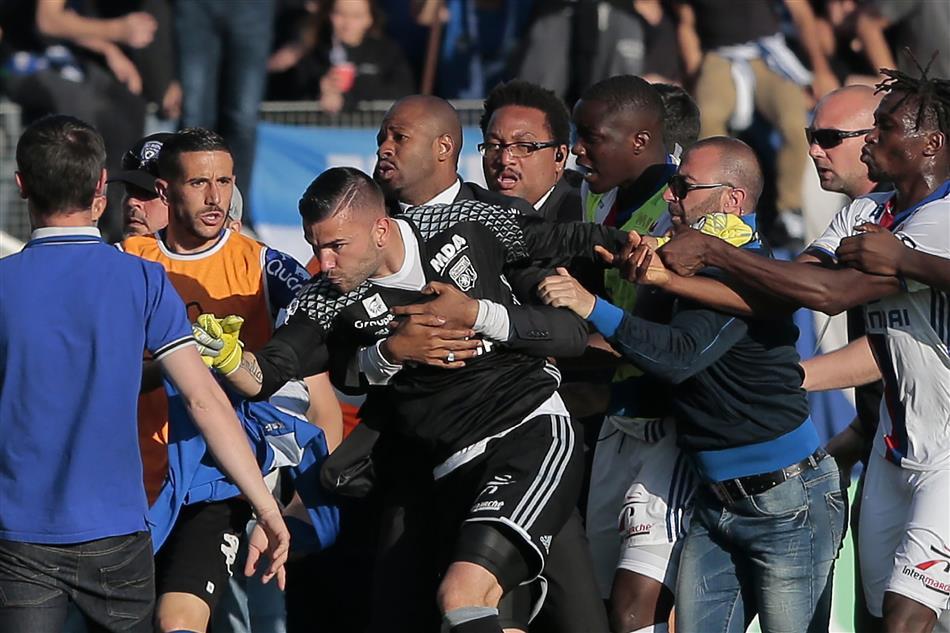 Jogo do Lyon é interrompido com Anthony Lopes no meio da confusão (video)