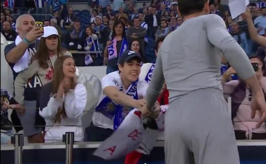 Veio de Espanha para ver Casillas… e emociona-se com entrega de camisola (video)