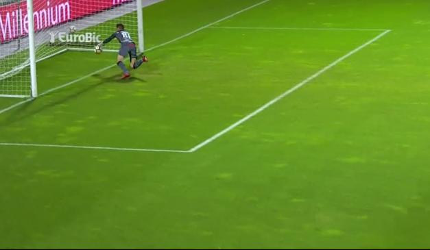 Salvo pelo video-árbitro… que não viu a bola entrar? (video)