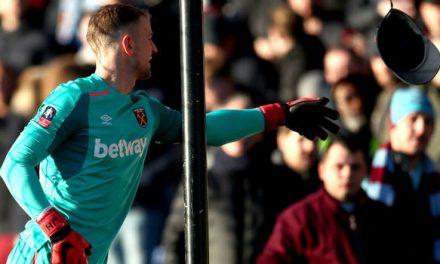 Adepto do West Ham atira chapéu a Joe Hart durante o jogo… (video)