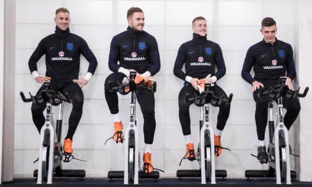 O treino com intensidade dos guardiões seniores ingleses (Março, 2018)