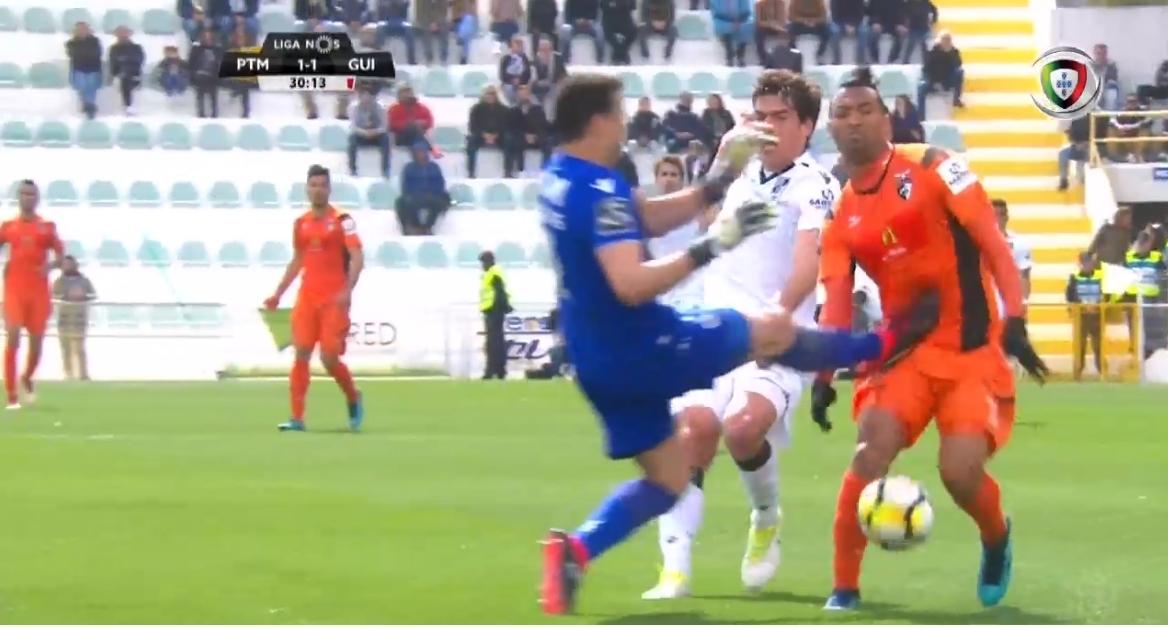 """🚫 """"Autch""""… o vermelho directo a Douglas, do Vitória SC, em Portimão (video)"""