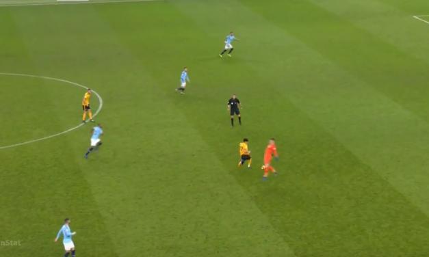 A brincadeira entre gigantes. Ederson Moraes, a cortar na profundidade e no meio campo a passar e dar apoios! (VIDEO)