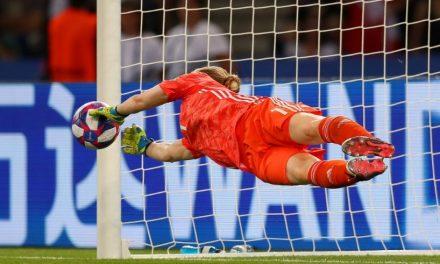 Uma defesa incrível de Lindahl a um penalti… e a cumprir na perfeição com as novas regras! (VIDEO)