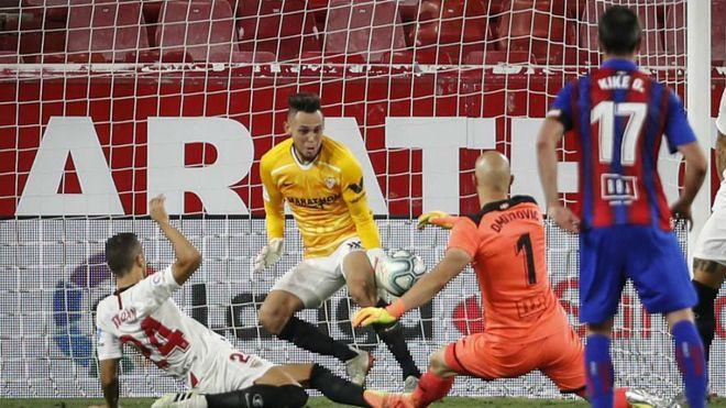 Insólito: 100′, Ocampos – avançado na baliza – evita golo de Dmitrovic – GR que estava no ataque! (VIDEO)
