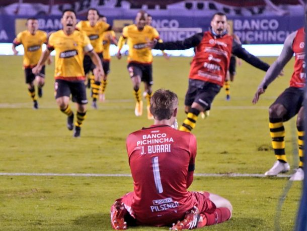 """""""Juro-te que foi o meu pai!"""", Javi Burrai ao ser herói nos penaltis para ser campeão no Equador! (VIDEO)"""
