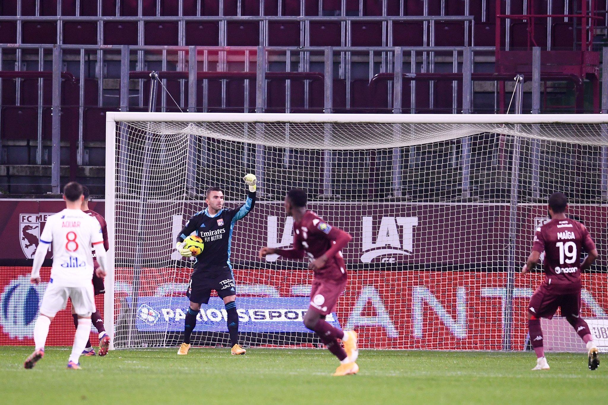 Anthony Lopes: Defender um penalti (agarrando-o à primeira) e sair logo a jogar com um volley (VIDEO)