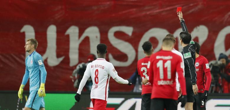 As duas expulsões insólitas de GR hoje na Bundesliga… (video)