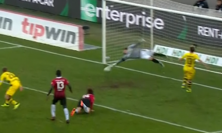 Roman Burki evita um golo acrobático de forma incrível! (video)