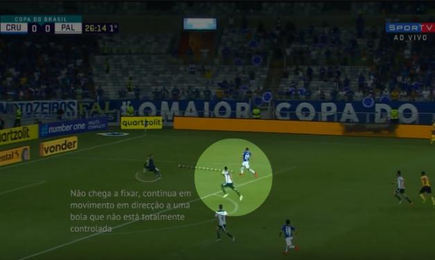 (Análise) Posicionamento baixo com defesa subida e movimentos de aproximação sem fixar. Weverton vs Cruzeiro