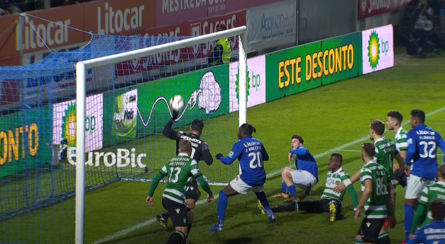 Entre a reacção e o reflexo… Renan Ribeiro faz uma defesa inacreditável! (VIDEO)