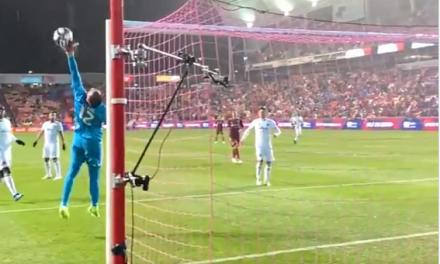Steve Clark: Defende, corta, volta para a baliza e faz uma defesa incrível! (VIDEO)