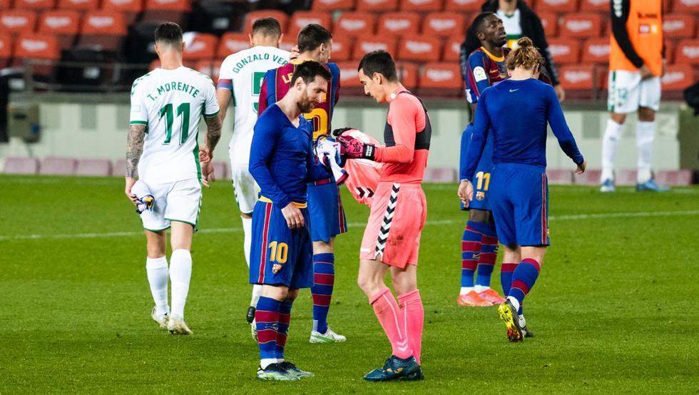 Pedes a camisola a Messi e parece algo normal. E quando ele te pede de volta… e és um guarda-redes? (VIDEO)
