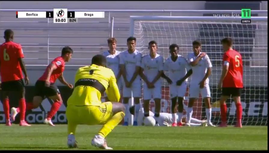 Samuel Soares – GR SLB U23 – em modo avançado: Fintou, caiu, mandou ao poste noutro lance e ainda pediu ao mister para bater um livre! (VIDEO)