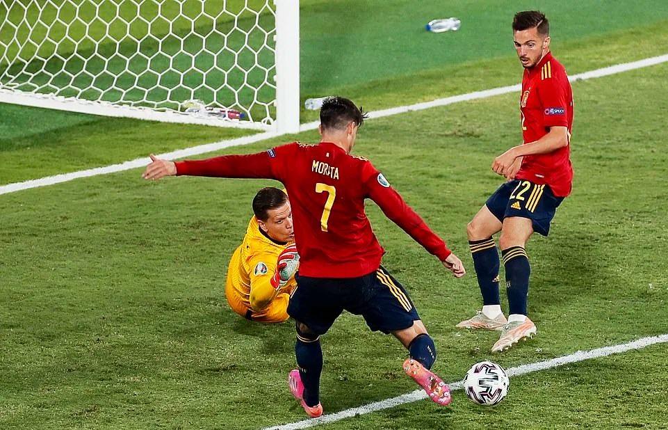 """A incrível defesa de Szczesny aos pés do """"colega"""" Morata (VIDEO)"""